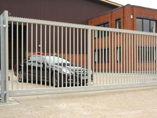 Wide entrance sliding gate